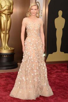 Cate Blanchett siempre acierta en las alfombras rojas. En 2014 la actriz recogió el Oscar por Blue Jasmine y deslumbró con este Armani Privé nude con pedrería.