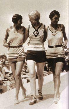 Jean Patou, Swimwear on the catwalk in Deauville, France - 1928 Foto Fashion, 20s Fashion, Fashion History, Fashion Show, Vintage Fashion, Beach Fashion, Florida Fashion, Vintage Chic, Moda Vintage
