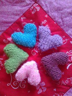 Hand knit hearts! Free Valentine's Day knitting ideas.