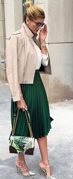 This absolutely stunning pleated skirt will make your outfit look perfect and so well put together. Pair it with a basic top and sneakers for a casual look or with heels for a special occasion or a night out and you will look amazing. Street Style Outfits, Street Outfit, Casual Outfits, Cute Outfits, Fall Outfits, Summer Outfits, Street Wear, Green Pleated Skirt, Pleated Skirt Outfit