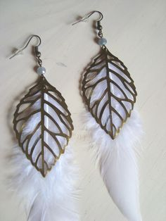 Boucles d'oreille feuille bronze et plumes blanches : Boucles d'oreille par l-amaranthe