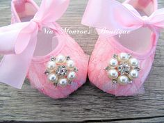 Couture Pink Lace Crib Shoes  Infant  Girls por NiaMonroesBoutique, $20,00