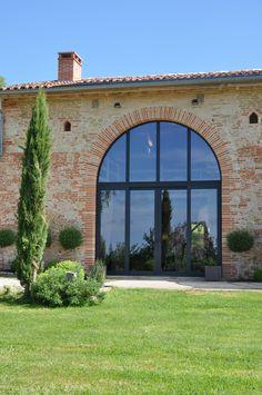 Fenêtres en aluminium, couleur anthracite. Remarquez la forme originale de l'ouverture. Un projet de menuiseries à rénover ? Chiffrez-le sur http://www.avantages-habitat.com/travaux-fenetre-et-menuiserie-71.html