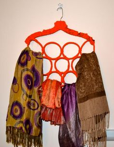 Diy tutorial diy hangers diy scarf hanger bead&cord ideas of diy Scarf Hanger, Diy Scarf, Diy Clothes Hangers, Diy Hangers, Hipster Halloween Costume, Scarf Display, Diy Clothes Videos, Winter Kids, Diy Tutorial