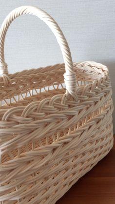 以前作ったかごと同じ編み方で持ち手を一本にしています。持ち手が二本のかごの手提げはカッコがいい。固定された持ち手はなんとも持ちにくい。いろいろなかごを作っ...