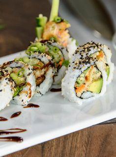 Geneviève Everell's Crab Cake Maki Recipes Asian Recipes, Healthy Recipes, Ethnic Recipes, Sushi Roll Recipes, Cooked Sushi Recipes, Onigirazu, Ricardo Recipe, Japanese Sushi, Crab Cakes