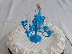 DIY- Frozen teemainen suklaa-marenkikakku - Pompom.fi • Juhlat on katettu Frozen, Cake, Desserts, Food, Tailgate Desserts, Deserts, Kuchen, Essen, Postres