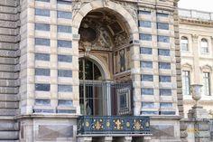 WIEN EN VOGUE: TRAVEL GUIDE: Paris - in front of the Louvre