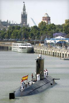 Centenario de la creación del arma de submarinos de la Armada Española. Submarino Mistral S-73 llegando al muelle de Las Delicias de Sevilla en 2006