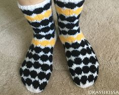 Marimekon Räsymatto-kuosiset sukat Marimekko, Knitting Socks, Diy And Crafts, Knit Crochet, Burberry, Knit Socks, Ganchillo