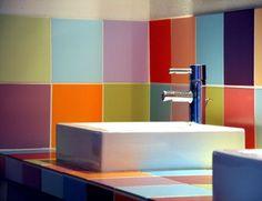 quelques carreaux de couleurs pour une salle de bains vitaminée