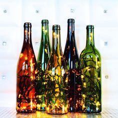 Lámparas de encendido botella de vino, de basura con clase, hacen el acento perfecto a cualquier habitación, como un regalo único y pensativo. Si las luces están encendido o apagado, estas botellas de vino encendidas agregue un magnífico toque de clase a cualquier espacio. Perfecto para
