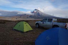 Monitoreo térmico y visual en el volcán Cotopaxi  Figura 1. Personal del IG-EPN acampa en el flanco suroriental del Volcán Rumiñahui para realizar trabajos de monitoreo térmico y visual. Al fondo se aprecia el volcán Cotopaxi con una emisión débil de vapor y gases con contenido bajo de ceniza dirigida hacia el suroccidente. Fotografía: FJ. Vásconez (12/09/2015) – IG-EPN.