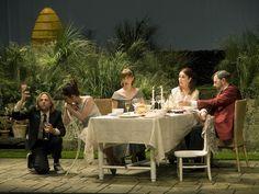 """""""La abeja reina"""". De Charlotte Jones. 2008/2009 Dirección: Miguel Narros. Escenografía: Andrea D'Odorico."""