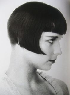 hair : movie star Louise Brooks started a trend amongst bright young things with her sharply cut dark bob. Louise Brooks, Vintage Hairstyles, Bob Hairstyles, Wedding Hairstyles, Veronica Lake, Short Hair Dont Care, Short Hair Styles, 1920s Hair, 1920s Flapper