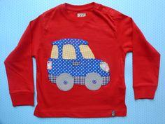 Camiseta roja con coche de aplicaciones patchwork en azul oscuro