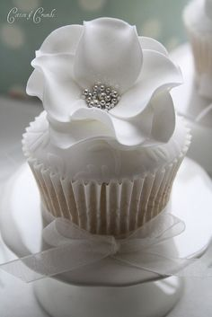 White and silver flower cupcake by virgie