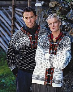 The Setesdal sweater origins from the Setesdal area in Southern Norway, and the general term for both the sweater and kofte (jacket) is Lusekofte. It is considered one of the world's most knitted s. Nordic Pullover, Nordic Sweater, Ski Sweater, Sweater Shop, Sweater Weather, Norwegian Baby Names, Norwegian Knitting, Beautiful Norway, Vintage Knitting