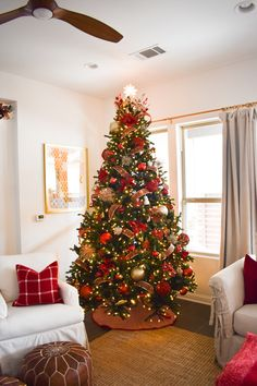 Absolutely Stunning White Christmas Tree Decorating Ideas A little bit merry and bright, bring in the wonder and magic of the holiday season with white Christmas tree decor for a sophisticated Breathtakingly Rustic Homemade Christmas Decorations – Diymeg Elegant Christmas Trees, Red And Gold Christmas Tree, Christmas Tree Inspiration, Homemade Christmas Decorations, Alternative Christmas Tree, Christmas Tree Design, Noel Christmas, Minimal Christmas, Rustic Christmas