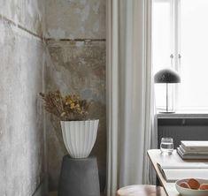 Fijn, zo'n rustige comfortabele werkplek in de woonkamer. Copenhagen Apartment, Broste Copenhagen, Beautiful Bouquet Of Flowers, Nordic Interior, Scandinavian Interiors, Plaster Walls, House Doctor, Home Living, Ceramic Vase