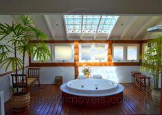 destaque para o amplo toalete da sute mster equipado com jacuzzi deck em madeira