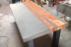 Handgefertigt aus Beton, Holz und Stahl, das Esszimmer Tisch messen 90 in Länge x Breite X 42 30 hoch entstand durch die Kombination von Hickory Holz und Beton grau. Beton und Holz oben wird unterstützt von einem geschweißten Stahlrahmen mit einem seidenmatten schwarze Pulverbeschichtung fertig. Dieses Design kann auf Bestellung in kundenspezifischen Maßen gefertigt. Weitere Informationen erhalten Sie von TAO. TAO Beton ist eine Konstruktion und Fertigung Customshop Arbeiten aus Tempe, AZ…
