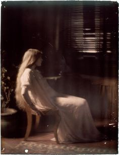 Paul Burty Haviland (1880-1950) Florence Peterson sitting in profile, 1909/10. Autochrome. RMN