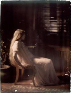 Paul Burty Haviland (1880-1950) Florence Peterson sitting in profile, 1909/10. Autochrome. RMN