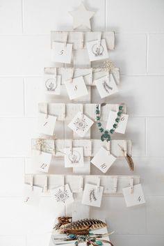 Adventskalender aus weiß lackierten Holzbrettern