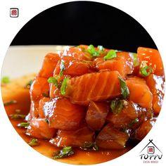 E a vontade de hoje é comer um tataki? O tataki de salmão é um prato delicioso a carne é cortada em cubos e bem temperada com limão azeite cebolinha e outras especiarias. Impossível é você comer somente um!  #tataki #japatododia #euamojapa #toppusushihouse by toppusushihouse