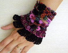 Gehäkelte Manschette Armband (+ BONUS 1 Kokeshi Gehäkelte Puppe), Perlen Armband Manschette, gehäkelter Schmuck, Glasperlen, Rosen gehäkelt, Crochet Lace