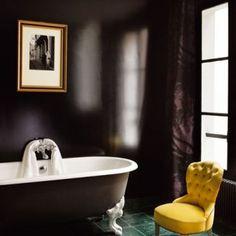 salle de bains aux murs noirs et baignoire à patte de lion noire