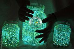 Cómo hacer frascos luminosos. Os vamos a enseñar una manualidad decorativa para hacer con los niños y luego la pueden hacer servir, para dar un toque de luz