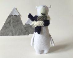 Oso Polar con una bufanda, fieltro miniatura animales, osito Polar Felted, fieltros animales, oso de peluche, peluche oso Polar, vivero Decor se sentía