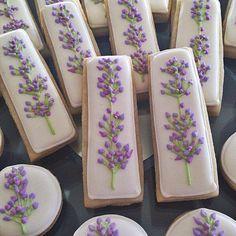 New Cookies Decorated Easter Sticks 58 Ideas Flower Sugar Cookies, Iced Sugar Cookies, Tea Cookies, Fancy Cookies, Easter Cookies, Royal Icing Cookies, Cupcake Cookies, Purple Cookies, Cookie Favors