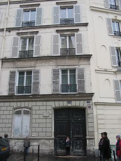 This is the apartment on Ru Lepic where Van Gogh lived. He would start out for Tallouse LaTrec's place in the evening and they'd walk down together to Moulin Rouge to paint and drink and visit all night long. What a life!