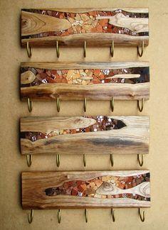 Nova série de penduradores entalhados com detalhes em mosaico artístico! Medida aproximada de cada pendurador: 14,5x49,5cm. Peças únicas, confeccionadas artesanalmente para dar um toque diferenciado em seu ambiente.