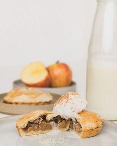 This homemade vegan apple pie will fill your kitchen with warmth as the fragrant flavors will bring autumn right to your kitchen. Red Bean Bun Recipe, Mini Pie Crust, Milk Bread Recipe, Butter Crust, Apple Filling, Pastry Blender, Mini Pies, Rice Cakes, Pie Recipes