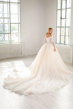 Rochie de mireasa din dantela chantilly si cristale swarovsky . Modelul aceste rochii de mireasa avantajeaza silueta, punand accentul pe umeri in timp de manecile din dantela imbraca in mod elegant bratele . Disponibila pe alb natural, blush sau champagne. Corset, Princess, Wedding Dresses, Weddings, Dress, Marriage Dress, Gowns, Bride Dresses, Bustiers