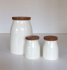Barattoli in ceramica con tappo in legno. Grande H.cm.20xdiametro13. Piccoli H.cm.10,5xdiametro7,5.
