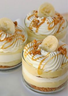 Party food and snack ideas - Mini Dessert Cups (Banana Caramel Cream Cups). These mini dessert cups are easy to serve at any event. And you can offer a variety on your party dessert table Yummy Treats, Sweet Treats, Yummy Food, Dessert Thermomix, Pudding Desserts, Pudding Cups, Banana Pudding Recipes, Eat Dessert First, Dessert Healthy