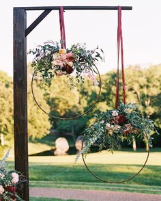 These beautiful hula hoop wreaths can also find their place as a very beautiful and interesting decor for spring and summer weddings...