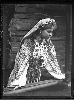Beautiful photo of traditional Romanian folk dress - Marie Alexandra Victoria of Edinburgh (Queen Maria of Romania) Folk Costume, Costumes, Romanian Royal Family, Estilo Popular, Folk Fashion, Queen Mary, Ferdinand, Queen Victoria, Vintage Photography