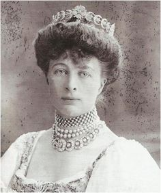 Princess Mary Adelaide's, the duchess of Teck's, daughter-in-law, the Marchioness of Cambridge, nee Lady Margaret Evelyn Grosvenor, wearing the Teck crescent tiara (and the matching necklace [bottom one] which can also be put on a frame as a tiara, although a rather redundant-looking one, it seems to me.