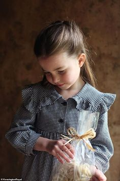 Princess Charlotte is turning Ahead of her birthday on Saturday, Prince William and Kate Middleton released a series of new portraits of their daughter. Princesa Charlotte, Princesa Diana, Princess Kate, Prince And Princess, Little Princess, Lady Sarah Chatto, Kate Middleton, George Of Cambridge, Duchess Of Cambridge