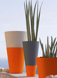 If you use Rust-Oleum spray paint to upcycle your flower pots or plant containers, you can use it on almost any material. Just make sure the pots are clean and dry and give them a light sanding before you apply the spray paint. Cement Art, Concrete Art, Concrete Planters, Balcony Planters, Tiny Balcony, Small Terrace, Balcony Ideas, Balcony Design, Painted Plant Pots