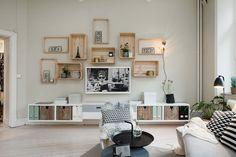 Ścianę telewizyjną w salonie zagospodarowano w bardzo oryginalny sposób. Zamiast tradycyjnej galerii obrazów, zdjęć czy...