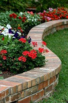Gartenmauer dient als dekorativer Abschluss von befestigten Hochbeeten!