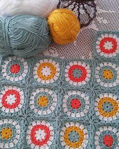 """623 Beğenme, 27 Yorum - Instagram'da Şeyda (@ayazworkshop): """"Ağır aksak ilerliyoruz.  #motifhirka #motifyelekler #motifkırlent #orgu aski #hobi #orguormek"""" Blanket, Crochet, Instagram, Cool Crafts, Crochet Crop Top, Rug, Blankets, Chrochet, Knitting"""