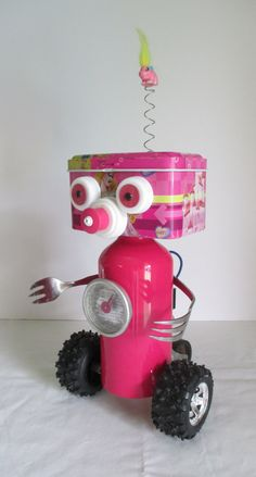 PINK- Found object robot sculpture~assemblage Crafts To Make, Crafts For Kids, Babysitting Activities, Stem Activities, Water Bottle Caps, Recycled Robot, Welding Art Projects, Robots For Kids, Bird Houses Diy